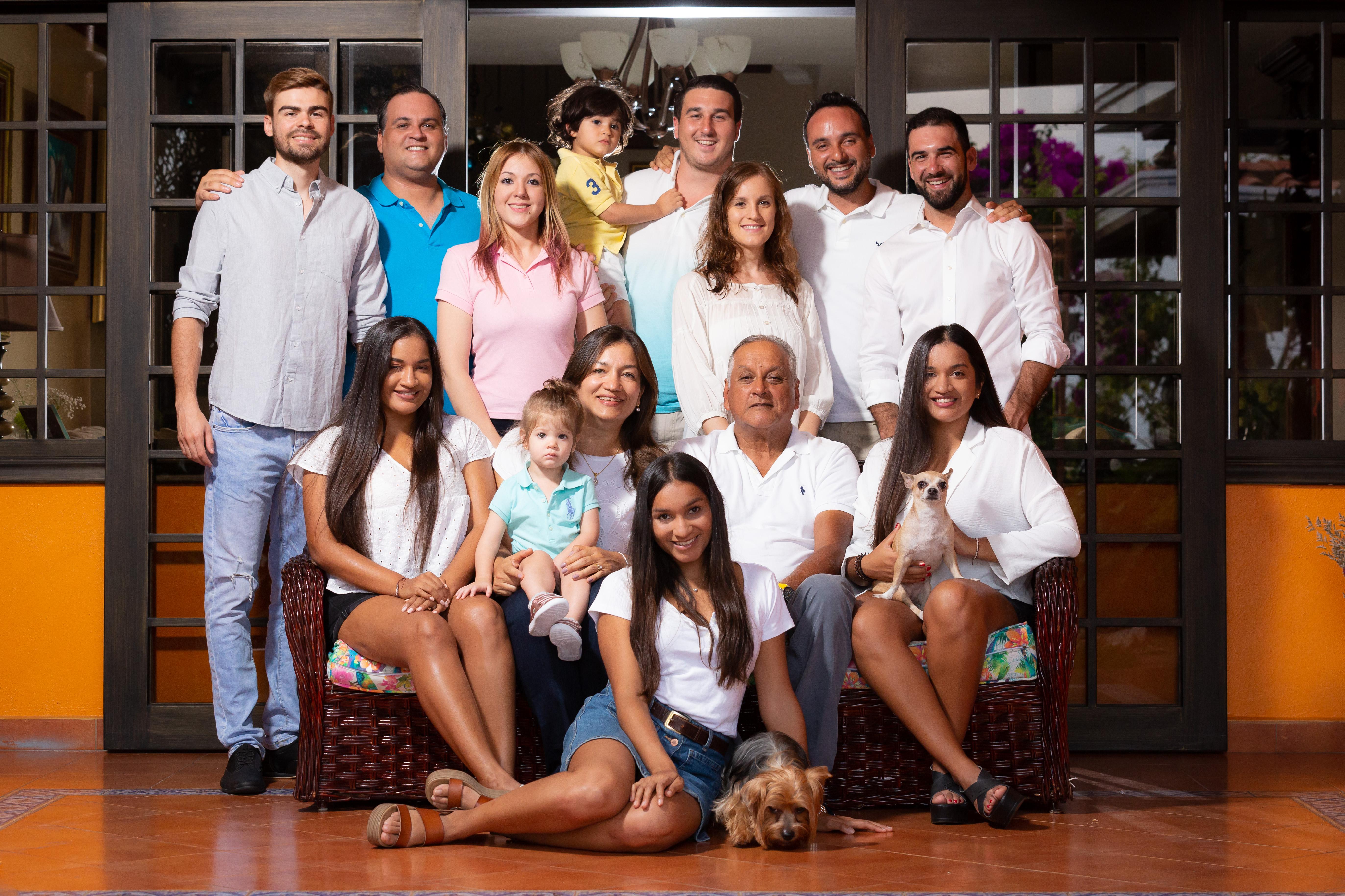 Familia Young Exterior Grupal 19 Portada JL-8822
